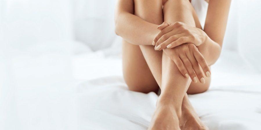 Femme en sous-vêtements assise sur un lit