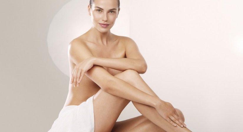 Femme nue sous une serviette