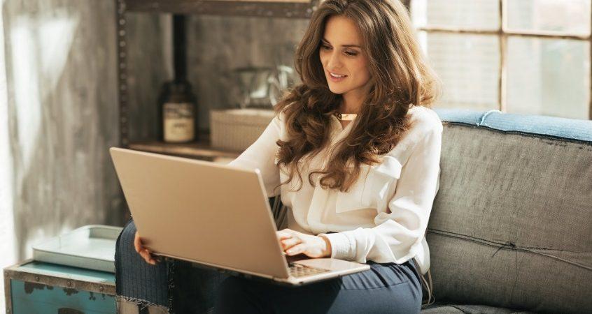 Une femme dans son canapé avec ordinateur